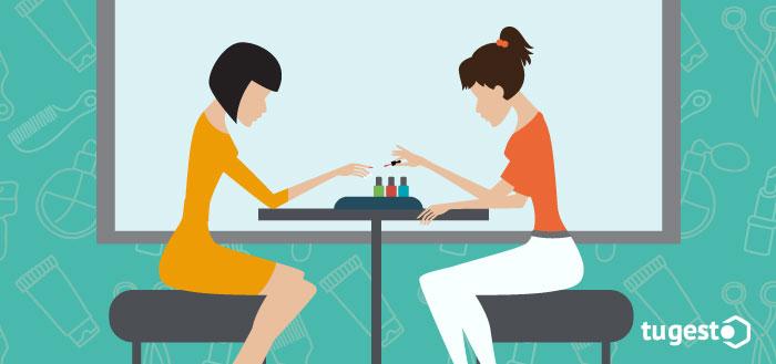 Dos chicas en un centro de estética pintándose las uñas