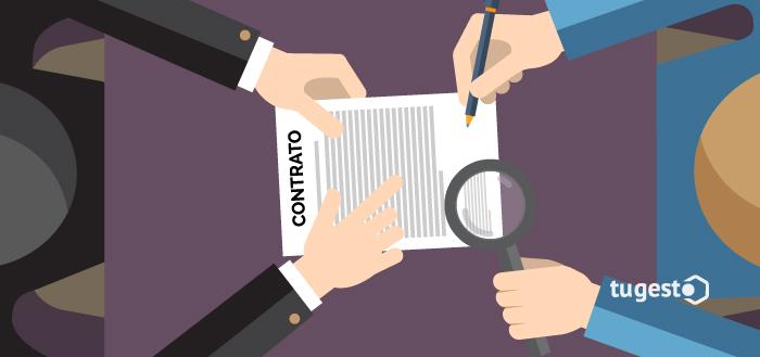 Trabajador revisando el contrato de trabajo que está a punto de firmar.
