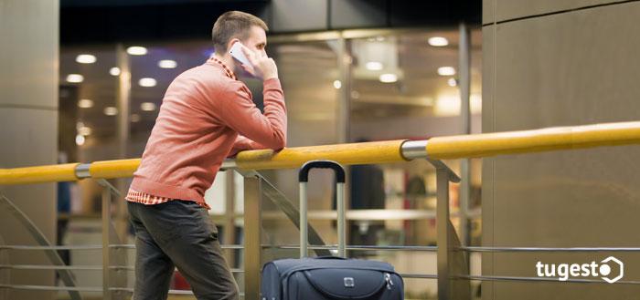 Empresario esperando en un aeropuerto