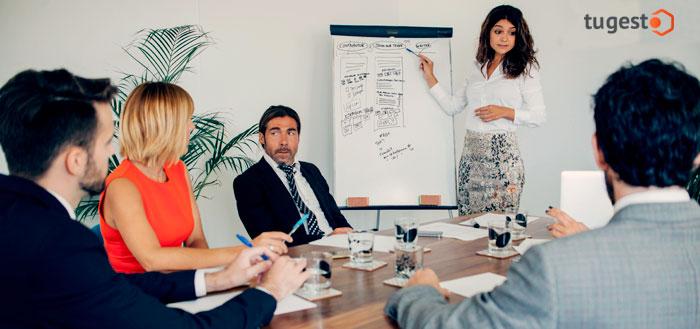 Reunión jefa y empleados