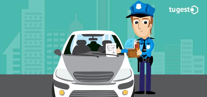 policía multando un coche