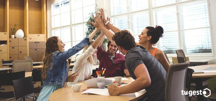 Grupo de trabajadores juntado las manos