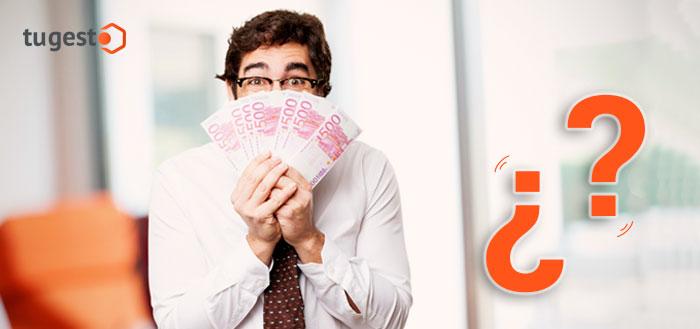 Trabajador con billetes en la mano